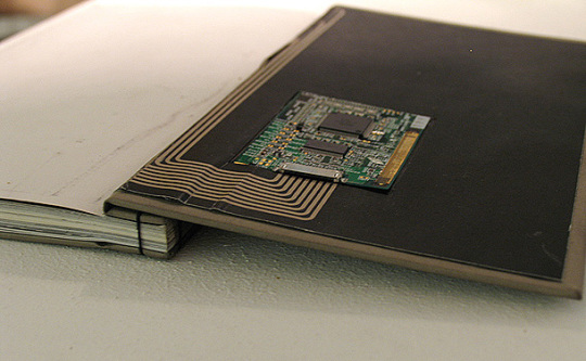 Blink paper-electronic book a wireless module on its back cover, which allows it to communicate with nearby devices.