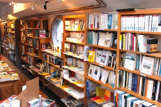 Water and Dreams barge bookstore in Paris - bookshelves