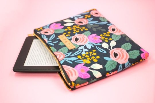 Leah Bee Quilts offers on Etsy a beautiful floral sleeve for 10th-generation Kindle e-reader
