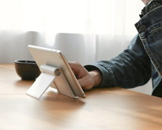 Compact foldable iPad stand from Ugreen