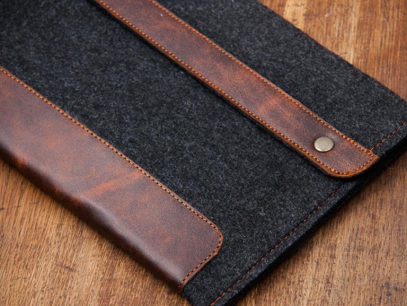 Felt and leather sleeve for Kindle Oasis 3